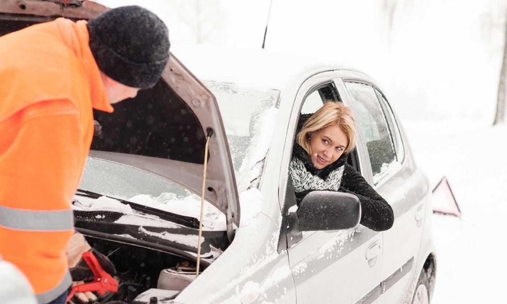 Czy pomoc drogowa pomaga w odpalaniu samochodów na mrozie zimą?