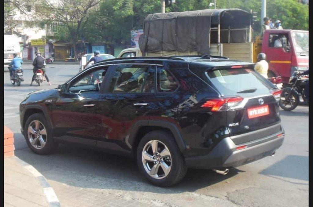 Testowy model Toyoty RAV4 szpiegowano podczas testu drogowego w Indiach.